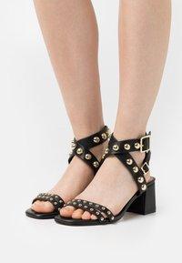 Cosmoparis - HARLA - Sandals - noir - 0