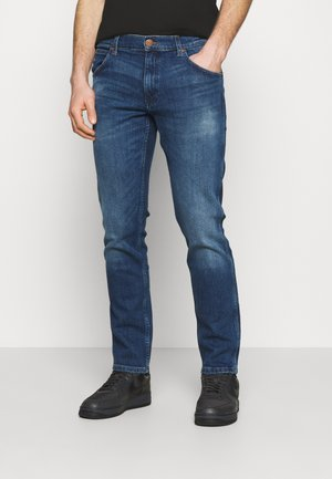 GREENSBORO - Straight leg jeans - hard edge