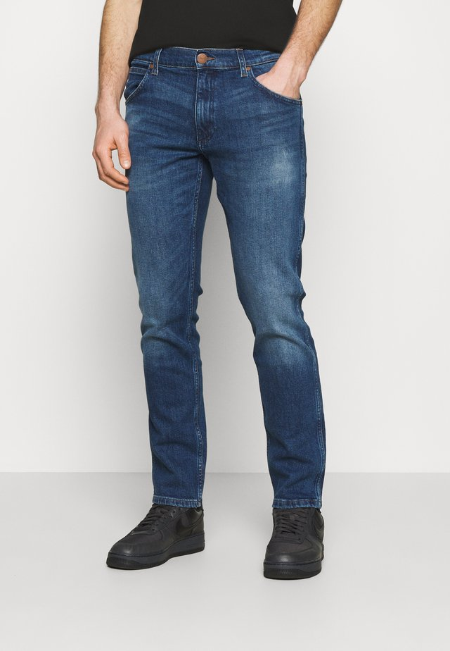 GREENSBORO - Straight leg jeans - hard edge