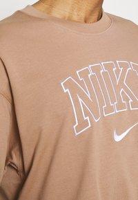 Nike Sportswear - RETRO TEE - Print T-shirt - desert dust - 5
