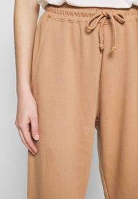 Missguided - Tracksuit bottoms - camel - 4