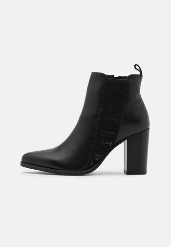 KRISPY - Kotníková obuv na vysokém podpatku - noir