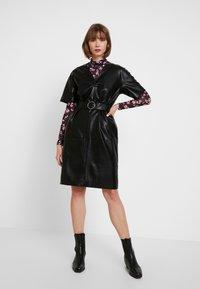 NA-KD - V FRONT BUCKLE BELT DRESS - Robe d'été - black - 2