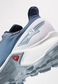 Salomon - ALPHACROSS BLAST GTX - Běžecké boty do terénu - dark denim/white/ashley blue - 5