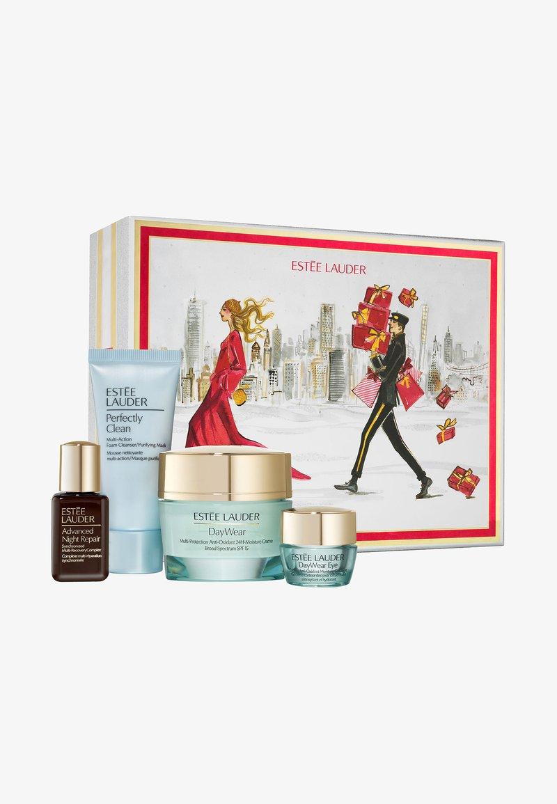 Estée Lauder - DAYWEAR CHRISTMAS SKINCARE SET - Kit skincare - -