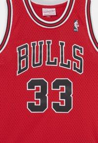 Mitchell & Ness - NBA CHICAGO BULLS SCOTTIE PIPPEN 33 UNISEX - Equipación de clubes - red - 2