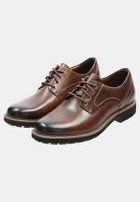 Clarks - BATCOMBE HALL - Sznurowane obuwie sportowe - braun - 4