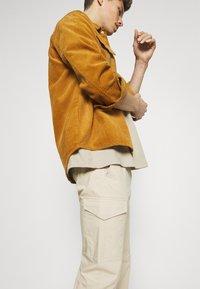 TOM TAILOR - PANTS - Pantaloni cargo - sandy beige - 3