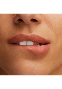 MAC - LUSTREGLASS LIPSTICK - Lipstick - femmomenon - 2