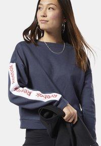 Reebok - TRAINING ESSENTIALS LOGO CREW SWEATSHIRT - Sweatshirt - heritage navy - 0