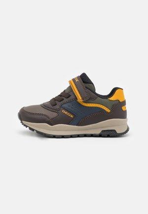 PAVEL - Sneakers laag - coffee/dark yellow