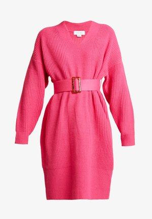 BELTED V NECK DRESS - Strikket kjole - pink