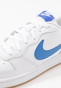 Nike Sportswear - COURT BOROUGH UNISEX - Sneakers basse - white/pacific blue/university red/light brown - 2