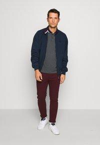 Burton Menswear London - Pantalones chinos - burg - 1