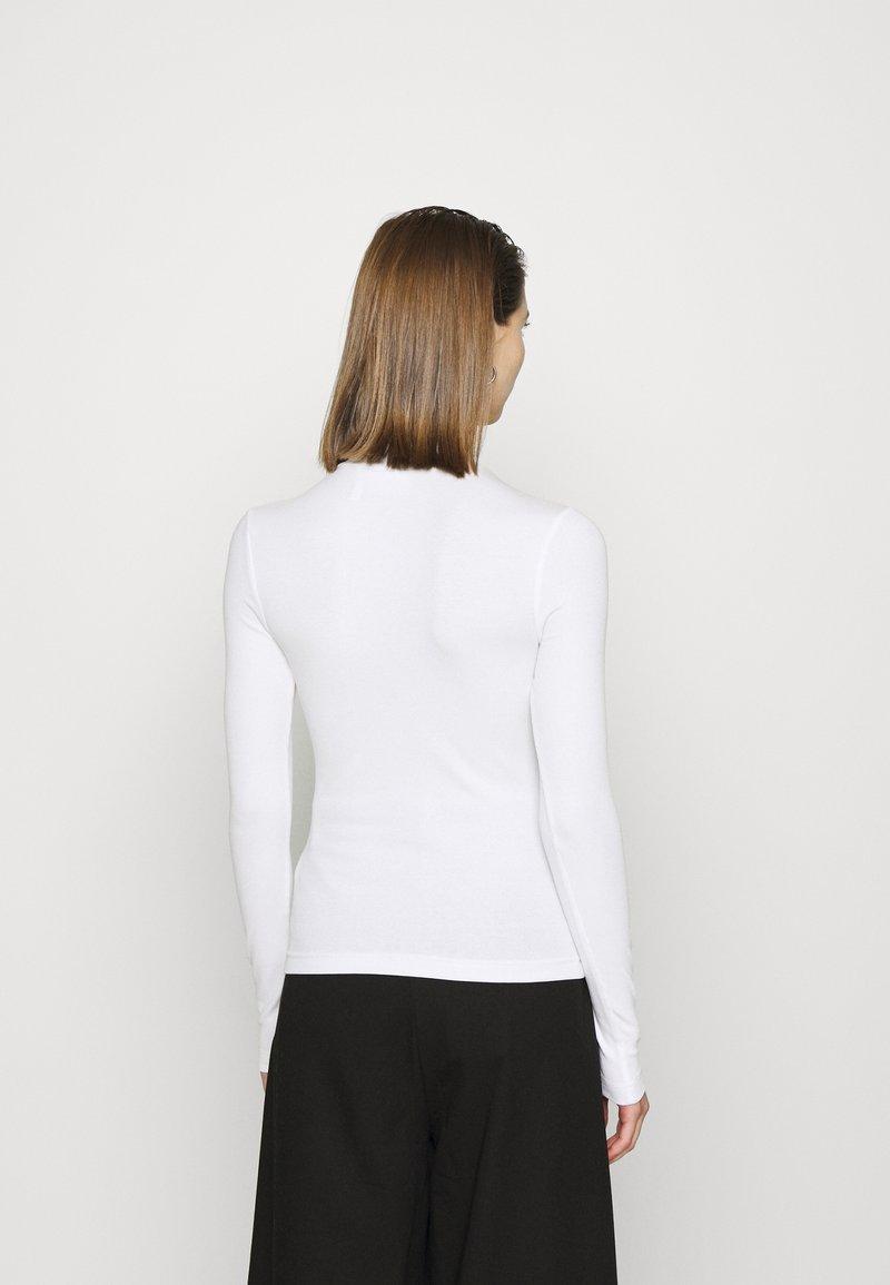 Weekday VERA MOCKNECK - Langarmshirt - white/weiß vtzhf1