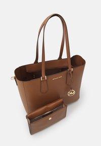 MICHAEL Michael Kors - KIMBERLY 3 IN 1 TOTE SET - Handbag - luggage - 3