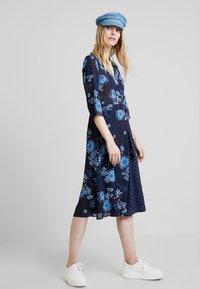 Marc O'Polo - DRESS WRAP STYLESLEEVE - Denní šaty - mottled blue - 1