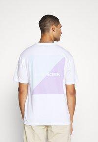 Topman - UNISEX SQUARE TEE - Print T-shirt - white - 3