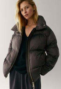 Massimo Dutti - OVERSIZE-STEPPJACKE - Winter jacket - brown - 1