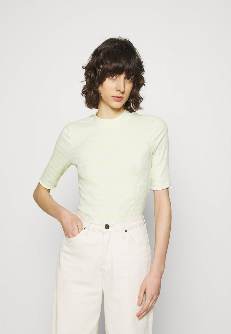 Selected Femme - SLFANNA CREW NECK TEE - Print T-shirt - young wheat/snow white