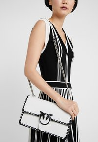 Pinko - LOVE CLASSIC TWIST VINTAGE - Across body bag - bianco/nero - 1