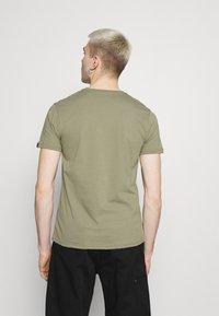 Alpha Industries - ALPHA LABEL 2 PACK - Print T-shirt - olive/burgundy - 5