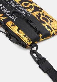Versace Jeans Couture - UNISEX - Taška spříčným popruhem - black/gold - 4