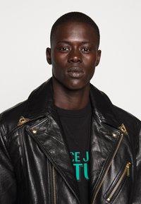 Versace Jeans Couture - LOGO - T-shirt imprimé - black - 5
