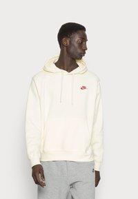 Nike Sportswear - CLUB HOODIE - Felpa - coconut milk - 0