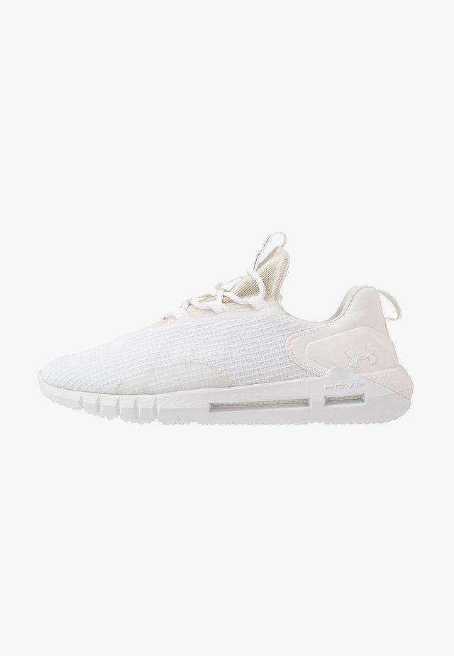 HOVR STRT NM1 - Obuwie do biegania treningowe - white/onyx white