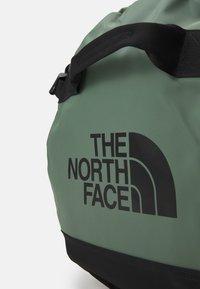 The North Face - BASE CAMP DUFFEL M UNISEX - Sports bag - laurel wreath green/black - 6