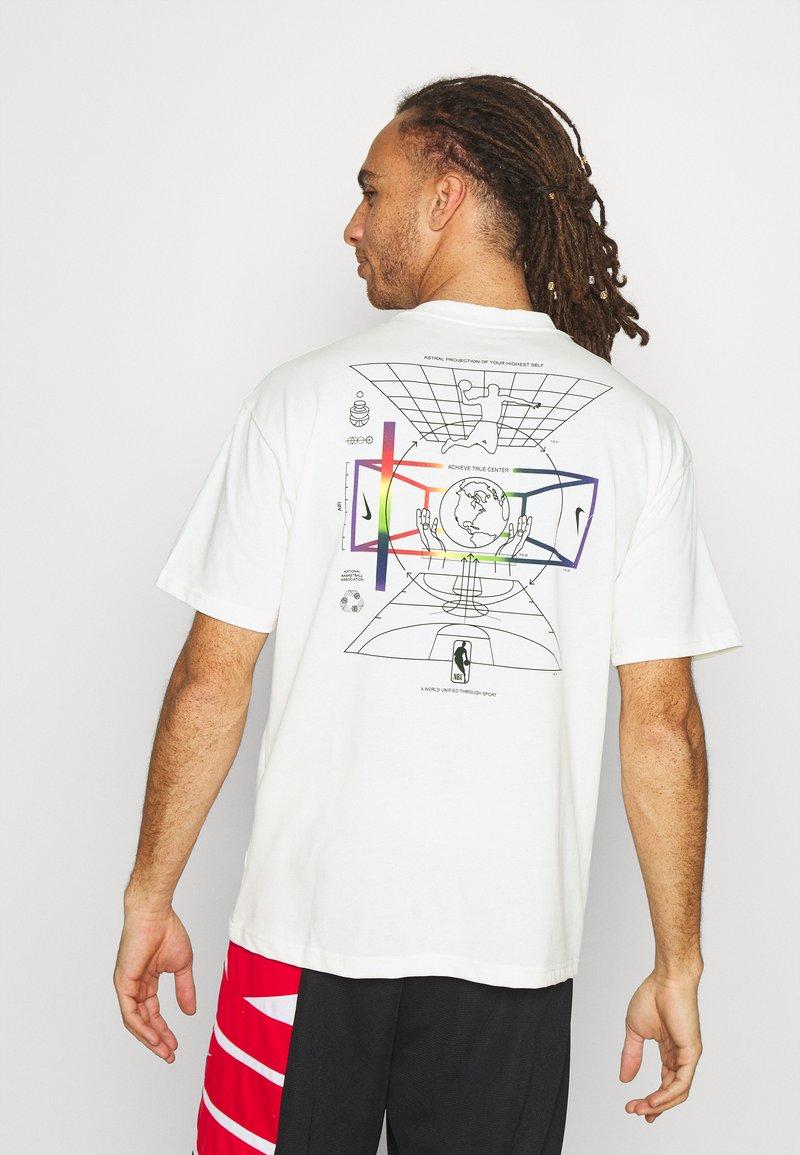 Nike Performance - NBA MOVE TO TEE - T-shirt med print - offwhite