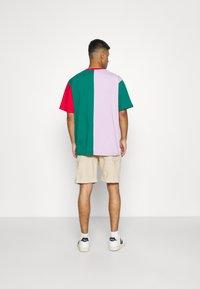 Karl Kani - SIGNATURE BLOCK TEE UNISEX - Print T-shirt - green - 2