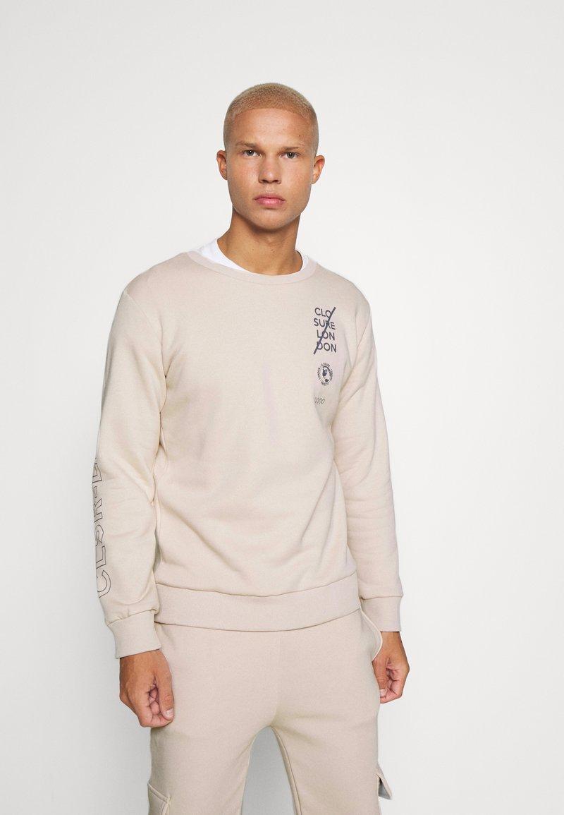CLOSURE London - LOGO CREW SWEAT - Sweatshirt - stone