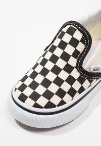 Vans - CLASSIC - Nazouvací boty - black/white - 2