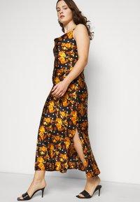 Glamorous Curve - MIDI DRESS WITH NARROW STRAPS AND SIDE SPLIT - Denní šaty - ochre rose - 3