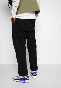 Nike Sportswear - AIR MAX 90 - Tenisky - white/particle grey/light smoke grey/black/hyper grape - 0