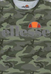 Ellesse - SANDON PERFORMANCE TEE - T-shirt imprimé - khaki - 3