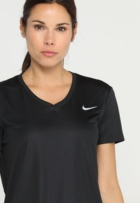 Nike Performance - MILER V NECK - Print T-shirt - black/reflective silver - 4