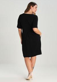 Zalando Essentials Curvy - Robe en jersey - black - 2