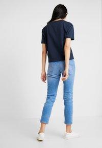 Tommy Jeans - BADGE TEE - Basic T-shirt - black iris - 2