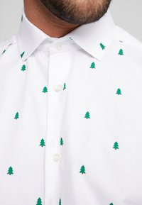 OppoSuits - CHRISTMAS TREES TAILORED FIT - Shirt - white - 4