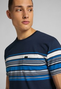 Lee - STRIPY PKT - Print T-shirt - navy - 4