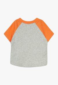 GAP - GARCH - T-shirt z nadrukiem - light heather grey - 1