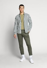 Tommy Jeans - ESSENTIAL JASPE TEE - T-shirt basic - uniform olive - 1