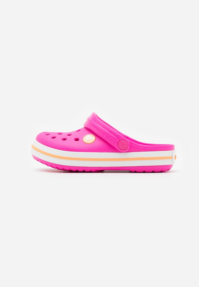CROCBAND - Pool slides - electric pink/cantaloupe