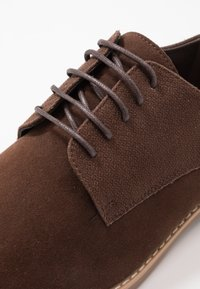 Pier One - Zapatos con cordones - brown