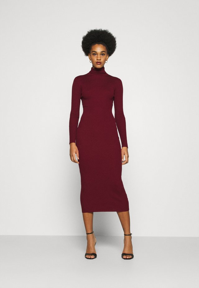 ROLL NECK DRESS - Pletené šaty - deeper red