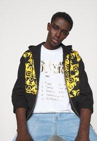 Versace Jeans Couture - PRINT LOGO BAROQUE - Zip-up sweatshirt - black - 3
