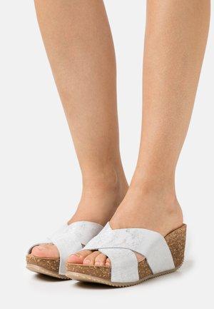 Pantofle na podpatku - bianco